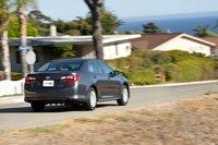Мягкая подвеска Toyota Camry LE и небольшие колеса напрямую влияют на полное нежелание машины менять направление движения.