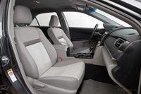 Водительское сиденье может иметь электрорегулировку. Даже при том, что у пассажирского сиденья оной нет. Сиденья удобные и достаточно просторные, но Accord предлагает больше поддержки.