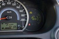 Справа от спидометра располагается информационный дисплей «ECO Drive Assist». В зависимости от текущего расхода топлива загорается соответствующая шкала.
