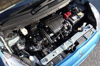 Рядный 3-цилиндровый двигатель объемом 1л выдает 69л.с. Модель оборудована вариатором сдополнительной коробкой передач Jatco.