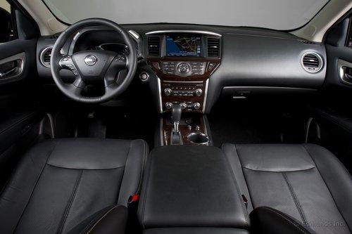 Салон — бесспорно сильная сторона Nissan Pathfinder Platinum. Качество используемых материалов весьма высокое для данного класса.