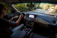 Nissan Pathfinder сидящим в салоне кажется громоздким, и как и в Ford Explorer, водителя от дороги отделяет широкая передняя панель и длинный капот.