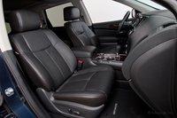Передние сидения в Nissan Pathfinder Platinum выше всяких похвал. Здесь просторно и очень удобно.