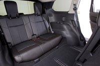 На третьем ряду сидений Nissan Pathfinder достаточно пространства над головой, но, возможно, вам придется договариваться с пассажирами на втором ряду, чтобы получить достаточно места для ног.