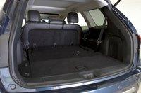 Если сложить третий ряд, то объем багажника Pathfinder увеличивается до 1350 литров.