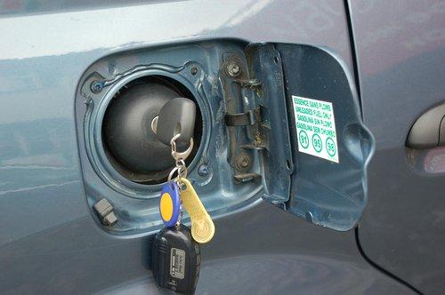 Пробка бензобака открывается ключом зажигания — неудобно