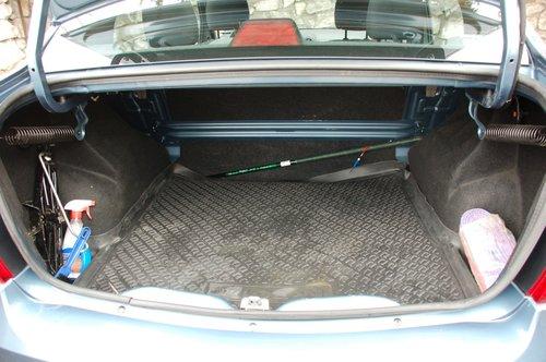 Багажник, может быть, и не совсем удобен и не увеличивается за счет складывающейся спинке заднего сиденья, зато имеет рекордный в классе объем — 510 л