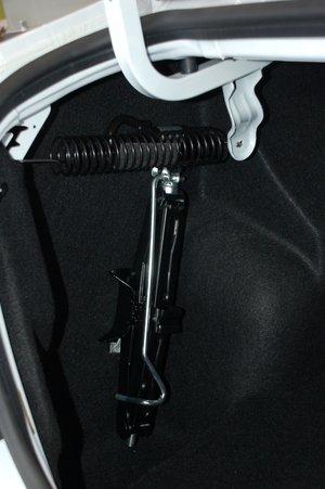 Домкрат — на виду. Крышка багажника держится на системе рычагов и пружин