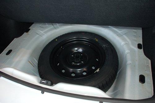 Во всех комплектациях — полноразмерное запасное колесо. У Logan оно в «подполье» багажника. У Sandero — снаружи под днищем