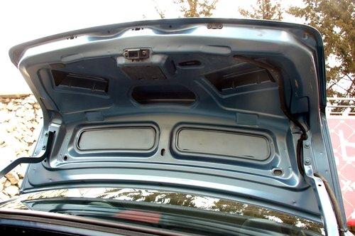 На крышке багажника ни обивки, ни рукояти для закрывания