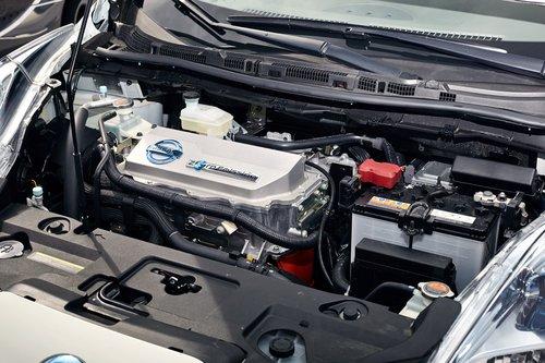Подкапотное пространство настолько похоже по компоновке на обычный автомобиль, что невольно закрадываются сомнения: «А нет ли тут припрятанного бензинового моторчика?» Отдельный «классический» аккумулятор справа питает все бортовые системы машины
