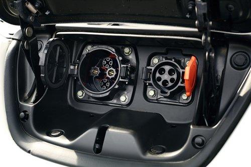 Разъемы для зарядки расположены под отдельной крышкой на носу электромобиля. Правый служит для обычной зарядки от бытовой розетки, а более крупный левый — для экспресс-зарядки от специальной 400-вольтовой станции