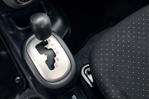В i-MiEV три режима для движения вперед. D (Drive) — самый динамичный и расточительный, B (Brake) — режим активного торможения двигателем и усиленной рекуперации, С (Comfort) — режим, позволяющий езду «накатом»