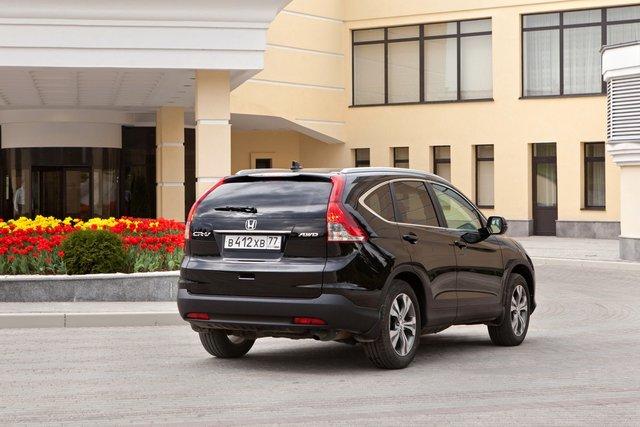 Внешне новинка практически идентична знакомому многим CR-V четвертого поколения, продажи которого на российском рынке стартовали в конце прошлого года