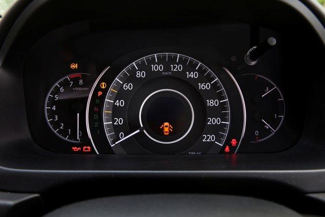 Приборная панель информативна и читается хорошо. Разве что кнопку-«столбик» над шкалой температуры двигателя можно было упразднить, доверив управление борткомпьютером кнопкам на руле. Слева и справа от огромного спидометра две светящиеся дугообразные полосы — своеобразный эконометр. Горят белым — едем динамично, зеленым — экономим топливо