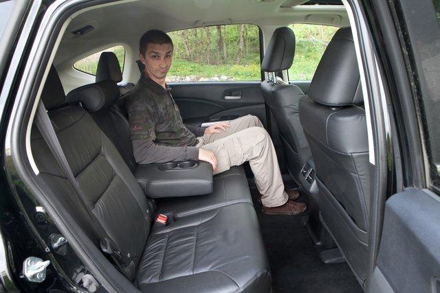 Сидеть и спереди, и сзади очень просторно. Передние кресла широкие, без ярко выраженной боковой поддержки, но комфортные. Сзади есть возможность раздельной регулировки спинки (в небольших пределах), места для ног более чем достаточно. Двери открываются почти на 90 градусов, центрального тоннеля нет — почти минивэн!
