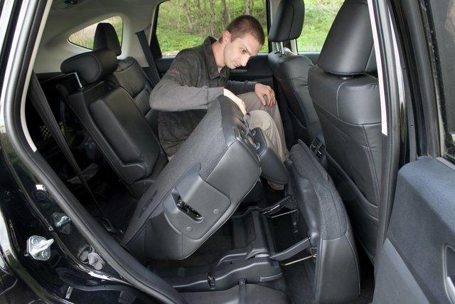 Задние сиденья складываются одним движением. Достаточно потянуть за «волшебную» петельку (или рычажок в багажнике), и подпружиненная система рычагов моментально переместит спинку и подушку так, чтобы высвободить для багажа максимум места. Даже подголовники снимать не придется — они тоже складные