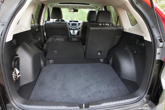 Сложенное сиденье образует вместе с багажником почти ровный пол. Колесные арки выступают достаточно сильно, но на фоне общего объема багажника — 589 л — это практически незаметно
