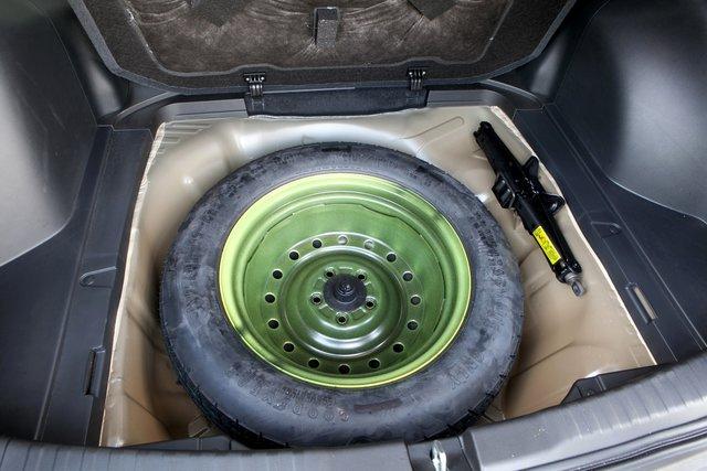 Под полом запасное колесо-«докатка» и домкрат. Но места столько, что практичному владельцу хватит и для буксирного троса, и для дорожного набора инструментов, и для аптечки
