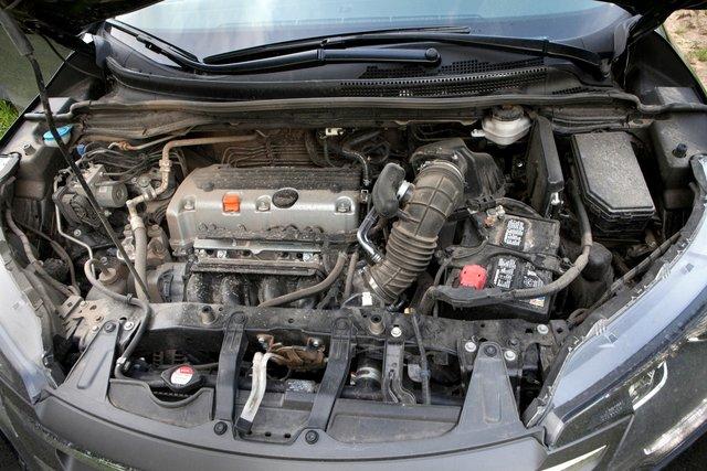 Рядный четырехцилиндровый мотор сиротливо прижался к дальней стенке моторного отсека. Да сюда V6 просится!