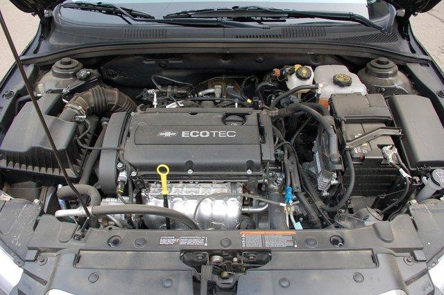 1,8-литровый 141-сильный мотор Cruze — опелевской серии Ecotec. Из всех четырех агрегатов, если не считать дизеля, который у нас не предлагается, пожалуй, самый оптимальный. Да и проблем с ним поменьше