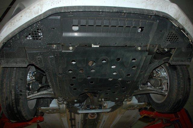 Снизу моторный отсек прикрыт металлической защитой, причем во всех комплектациях