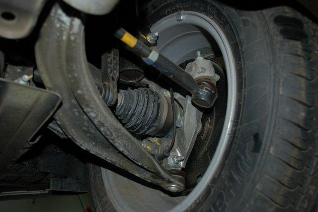 Шаровые не съемные, ступичные подшипники ходят 60-100 тыс. км, стойки стабилизатора — пластиковые. Впрочем, нареканий по ним нет