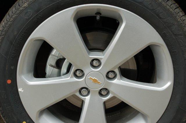 Даже в базовой комплектации у Cruze дисковые тормозные механизмы, причем передние вентилируемые. На вид, кстати, не очень внушительные. Впрочем, тормозит автомобиль неплохо