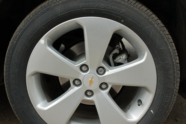 Сзади диски вместе с суппортами, понятное дело, еще меньше. Но и спереди их размер таков, что чисто визуально на них «оденутся» 15-дюймовые колеса