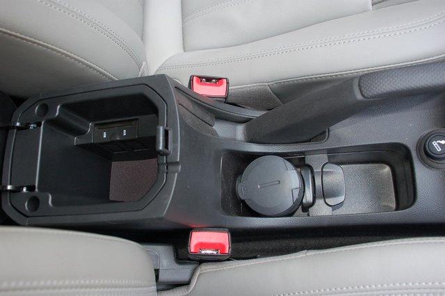 Прикуриватель, пепельница, выход для наушников и USB-порт, а боксик между сиденьями, между прочим, маловат
