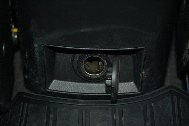 К услугам задних пассажиров только гнездо на 12V