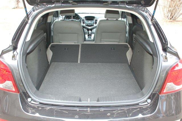 Погрузочная высота багажника великовата, кроме того, мешает широкая полка бамперы, еще и быстро пачкающаяся. Зато сложенные спинки дивана образуют почти ровную поверхность