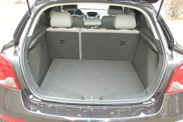 Объем багажника не рекордный, но и не самый ущербный — 413 л (883 л со сложенной спинкой заднего сиденья)