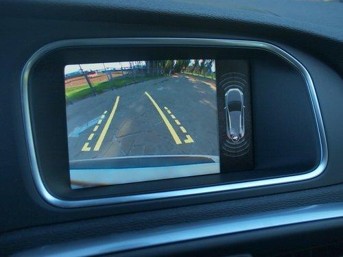 Разрешение камеры заднего вида маловато для «премиума» — пиксели видны невооруженным взглядом. Но в целом аккуратно парковаться это не мешает