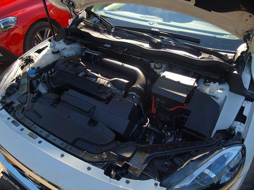Под капотом тесновато — пятицилиндровый мотор и 6-ступенчатый «автомат» втиснуты практически без запаса