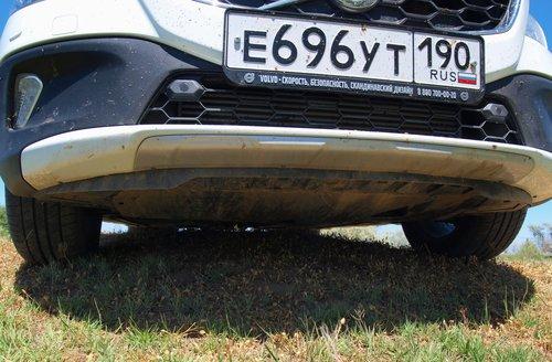 Даже на первый взгляд небольшая округлая кочка почти полностью «съела» весь 17-сантиметровый дорожный просвет. Мотор снизу целиком укрыт пластиковой защитой — не слишком оптимистично, но лучше, чем ничего