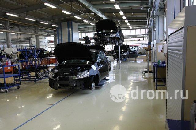 После того, как собран салон и частично моторный отсек, машины перевозят на четыре трёхтонных подъёмника. Тут уже ставят топливопроводы, оставшиеся тормозные трубки, бензобак, тепловые экраны