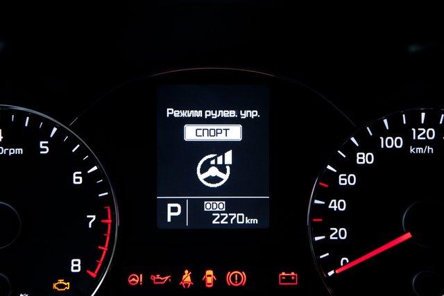 Cerato Prestige довольствуется монохромным экранчиком. Только для Premium доступна панель Supervision с цветным монитором 4,2 дюйма