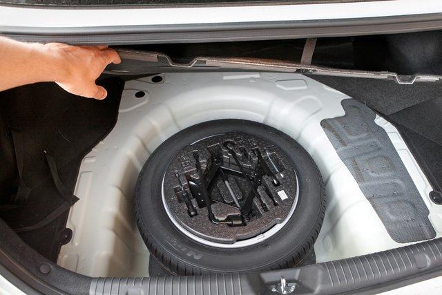 Багажник удобен: проем широкий, на двери есть ручка. Да и по объему в 421 л грузовой отсек опережает Focus и Lancer