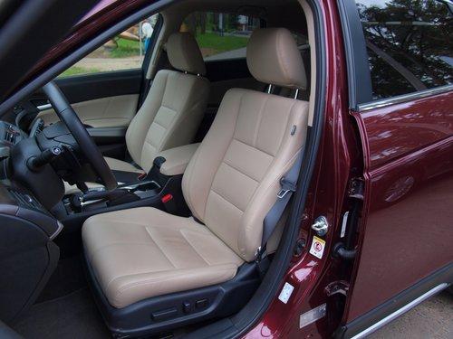 Передние сиденья обладают большим набором электрорегулировок. Для полного счастья не хватает только регулировки поясничного подпора по высоте