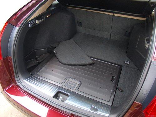 По бокам багажника расположены неглубокие ниши для мелких вещей...