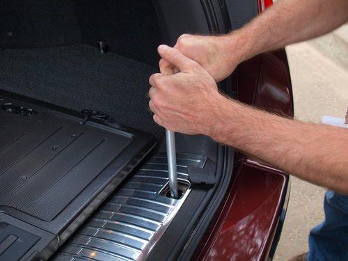 Запасное колесо расположено под днищем автомобиля, в специальном кожухе. Достать его можно с помощью гаечного ключа. Вращая механизм вручную, водитель опускает кожух на землю, после чего можно извлекать колесо. Конечно, процесс займет какое-то время, но зато из багажника вещи доставать не придется