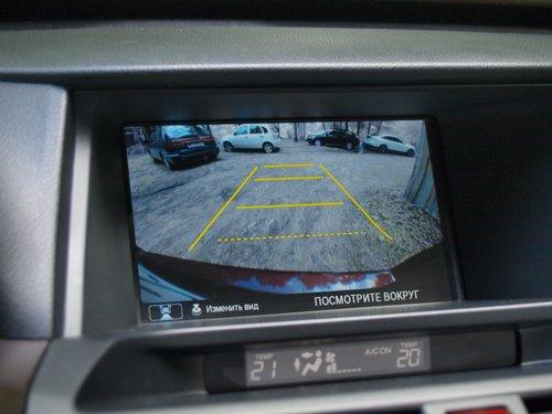 Камера заднего вида может работать в трех режимах: обычный, широкоугольный и «вид сверху»