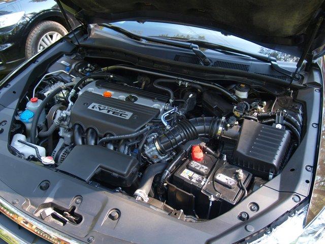 Рядный четырехцилиндровый двигатель 2,4 л выглядит не так монументально, как V6, но перемещает Crosstour вполне уверенно