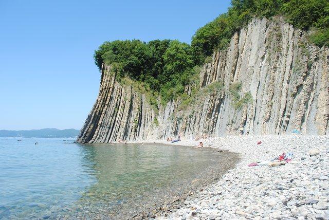 В районе Туапсе интересно будет посмотреть на скалу Киселева, хорошо всем известную по фильму «Бриллиантовая рука». Это живописное место находится в 4-х километрах от города. Скала взмывает вверх на высоту 46 метров прямо из моря