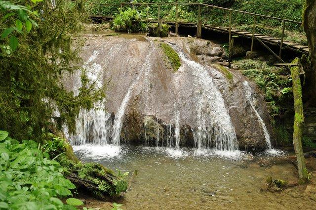 33 водопада — каскад ручьев в ущелье Джегош долины реки Шахе