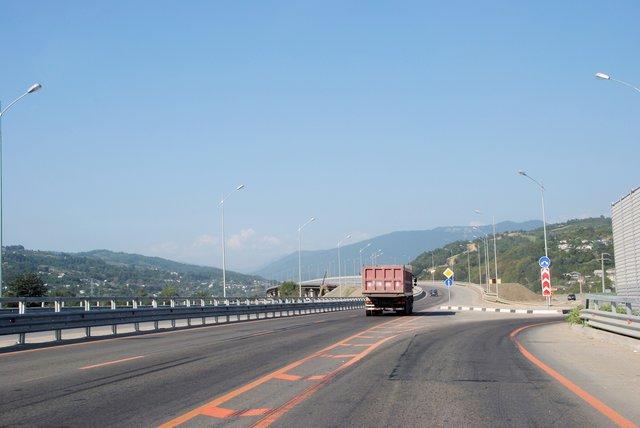 На Красную поляну от побережья теперь ведет великолепная магистраль — путь занимает минут сорок