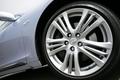 Автомобиль укомплектован алюминиевыми дисками колес диаметром 18 дюймов и низкопрофильными шинами, но если кто-то думает, что такая комбинация обязательно должна сделать ход машины жестким, он очень сильно ошибается. На самом же деле машина идет плавно и ровно, как и положено седану категории premium.