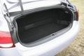 Пространство позади заднего сидения занимает громоздкая аккумуляторная батарея. Поэтому «канал» сообщения между багажником и пассажирским салоном, который имеется в моделях GS 350 и GS 450, здесь, в автомобиле Lexus GS 450h отсутствует. Уменьшен также и его вместимость, хотя 1-2 сумки со снаряжением для игры в гольф сюда все-таки поместится.