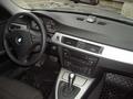 Интерьер BMW не блещет дизайнерской изысканностью. Все прямолинейно и упорядочено. Но качество материалов высочайшее